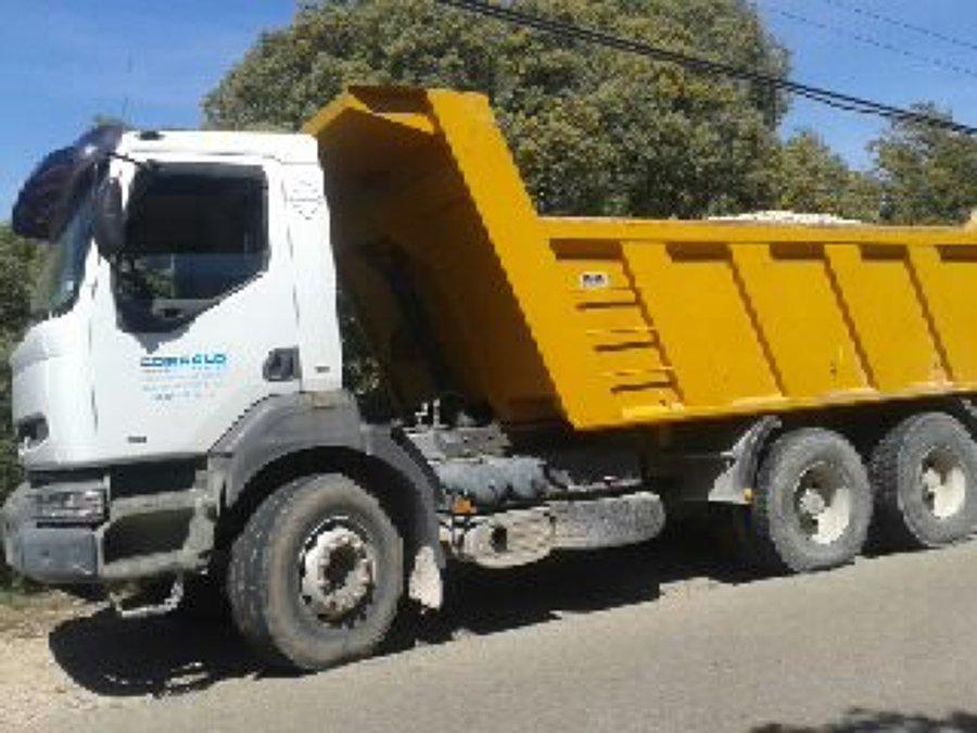 Camiones y maquinaria de excavacion propios.