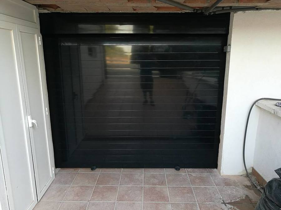 Puerta enrollable de aluminio lacada al horno en negro