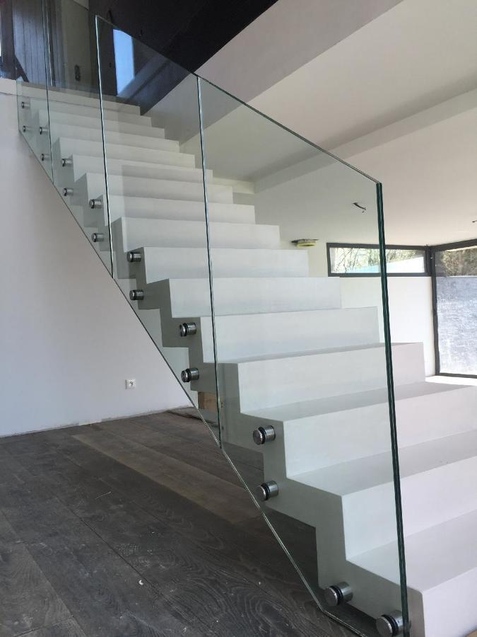 Baranda en vidrio templado con anclaje inoxidable lateral