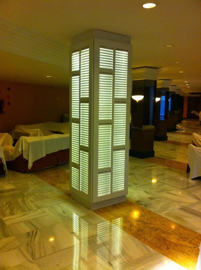Iluminación con tiras de leds en interior de columna
