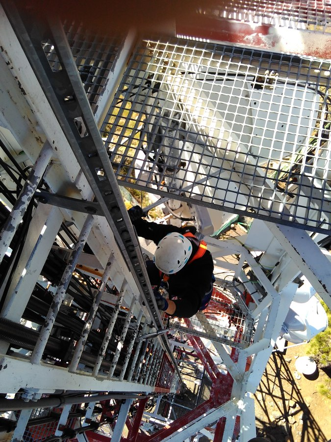 Instalación profesional en torre de telecomunicaciones
