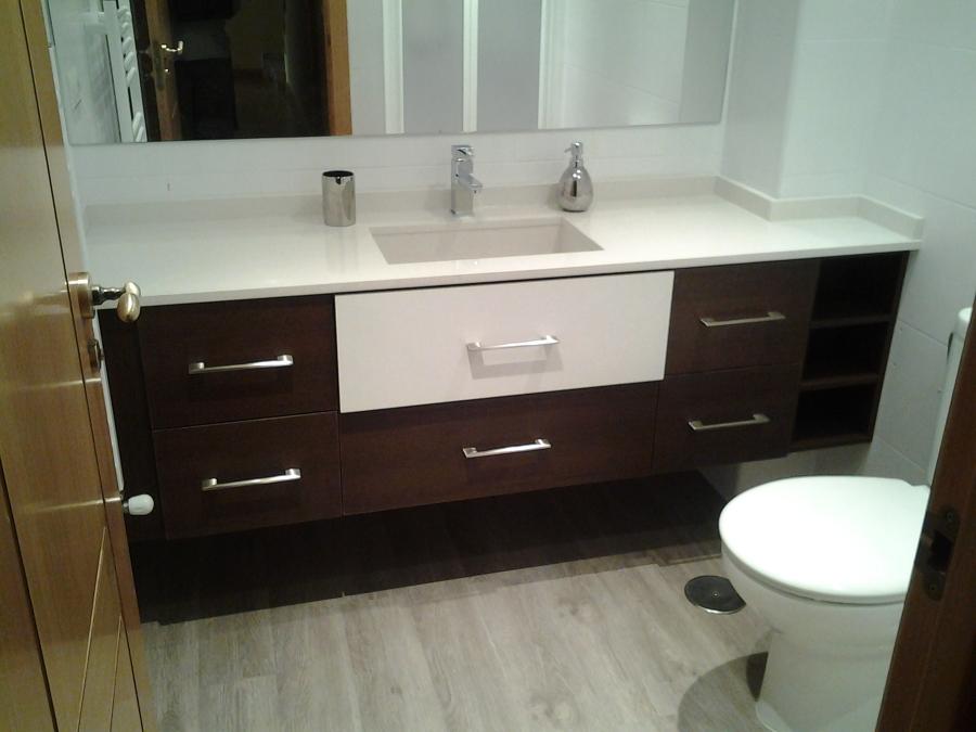 Mueble de baño en color wengeblanco, con encimera y labavo del mismo