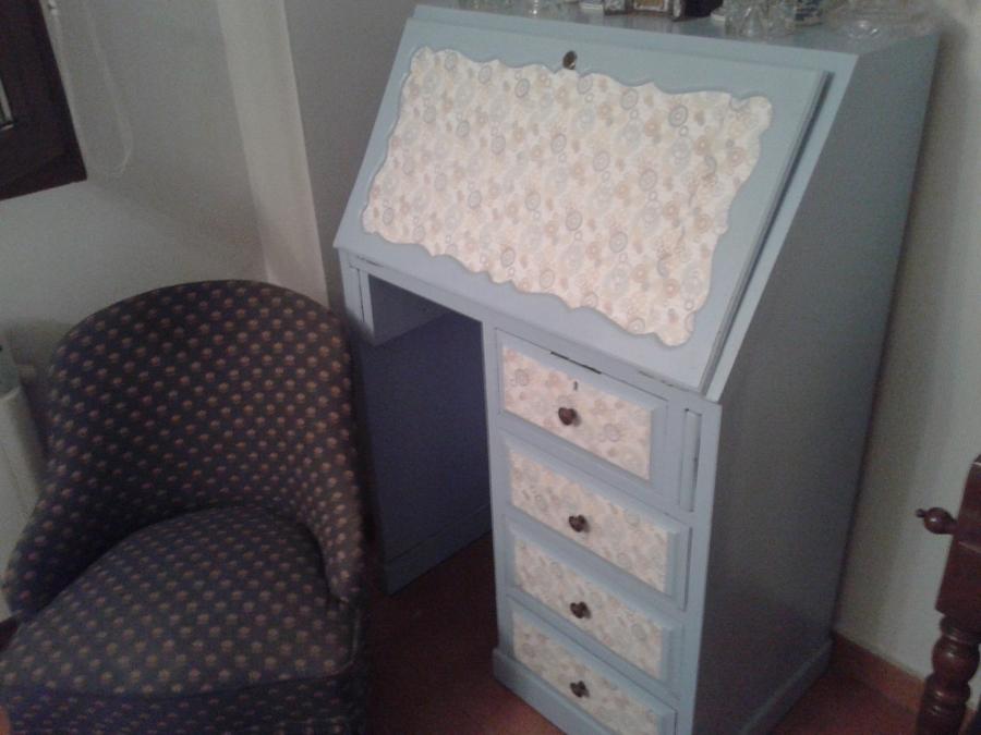 Mueble esmaltado en azul con papel pintado.
