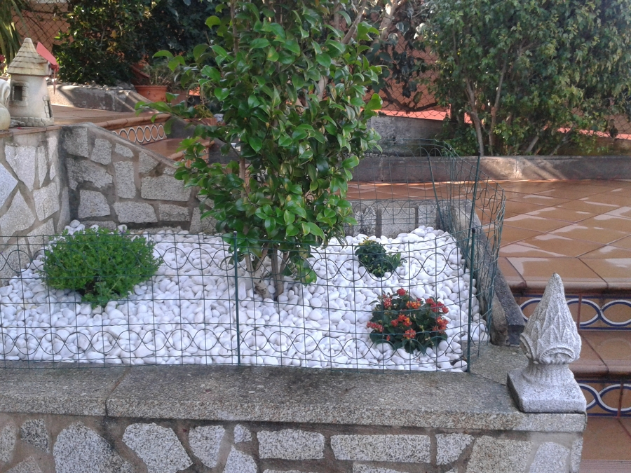 Foto jardinera con piedra blanca de xardineria o acebo for Jardines pequenos con piedras blancas