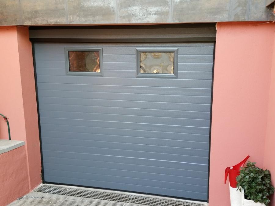 Foto puerta seccional en ral 7011 gris hierro de puertas - Puerta garaje seccional ...