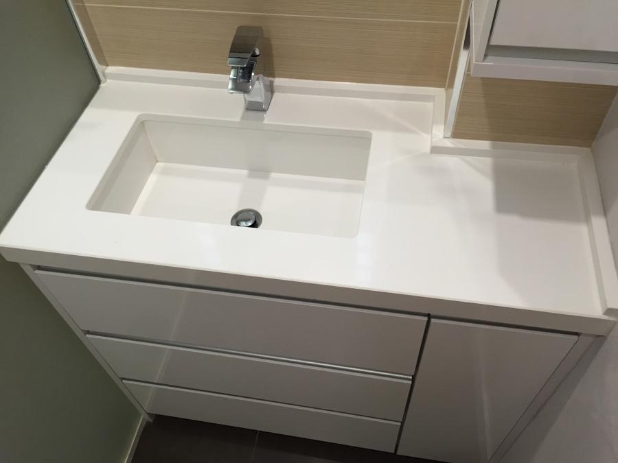 Foto lavabo cuarzo a medida y dise o de reformaplus for Lavabo minimalista