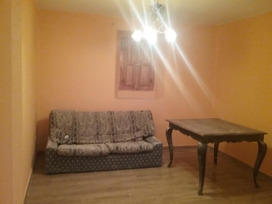 Acogedor salón pintado y alicatado.