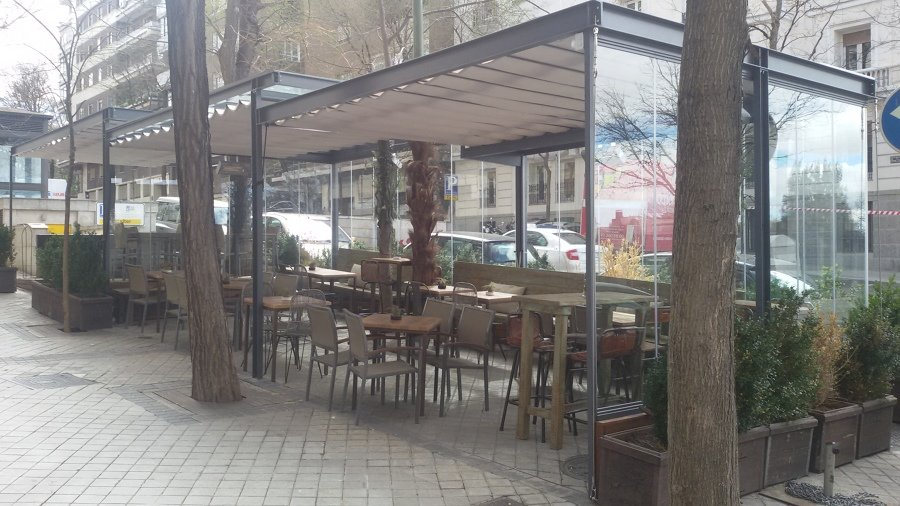 Instalación de Cortinas de Cristal con Techo Fijo y Toldo en una Terraza de un Restaurante