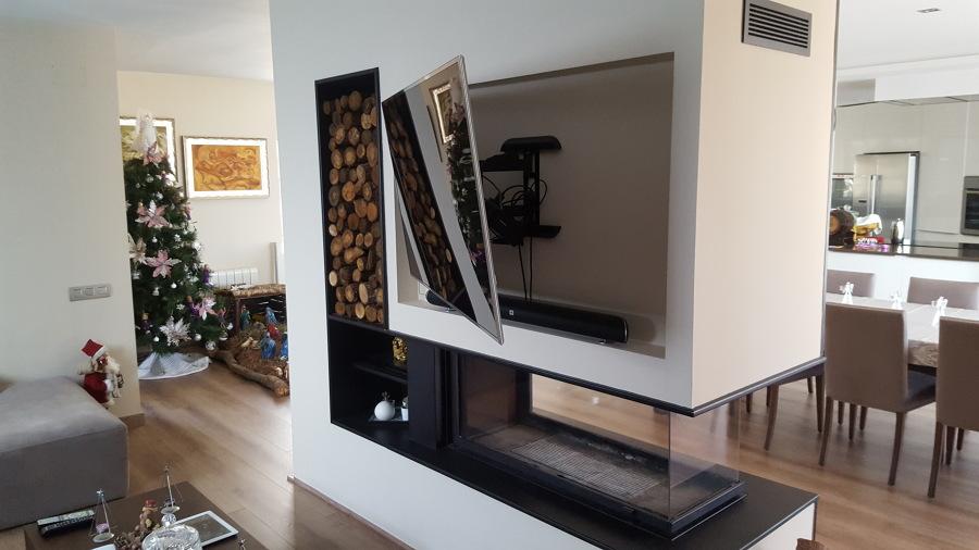 Colocación de chimenea central con televisión empotrada