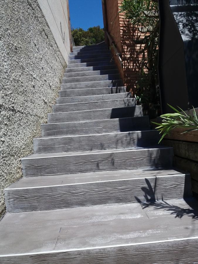 Foto escaleras imitacion madera gris de hormig n impreso - Peldanos escalera imitacion madera ...