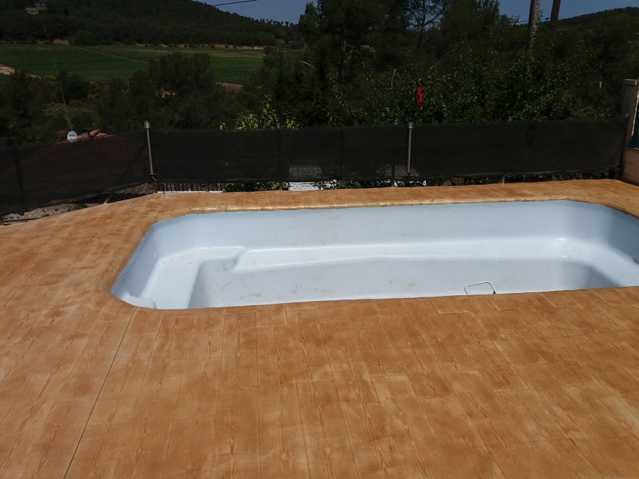 Foto piscina con borde imitacion madera de hormig n for Borde piscina hormigon