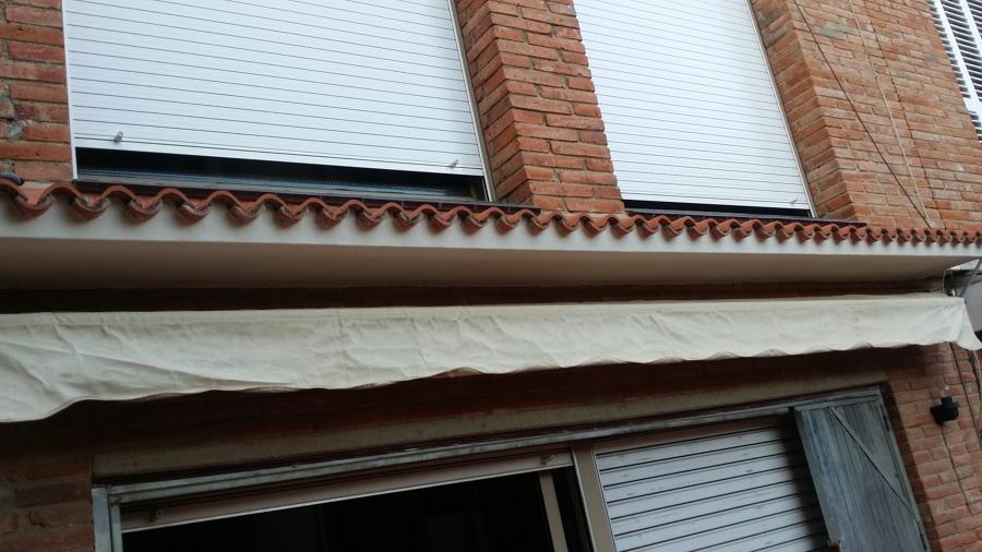 contrucción de cornisa con tejas