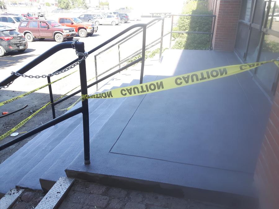 Escalera hormigón entrada principal fábrica.