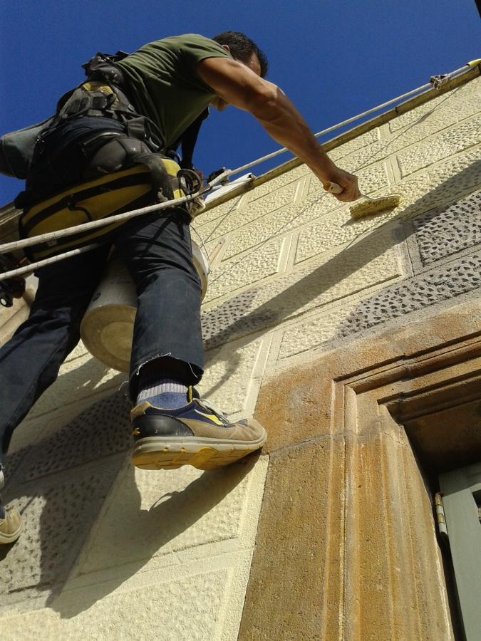 Reparar grietas en fachada y hacer de nuevo el dibujo de la fachada y pintar