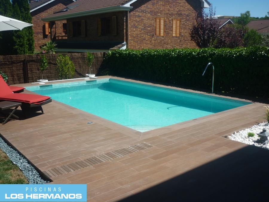 Foto piscina de obra gresite turquesa y coronaci n y solado porcel nico imitaci n madera de - Coronacion de piscinas precios ...