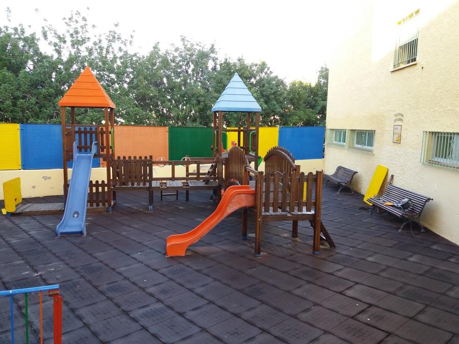 Restaurar y pintar parques infantiles.
