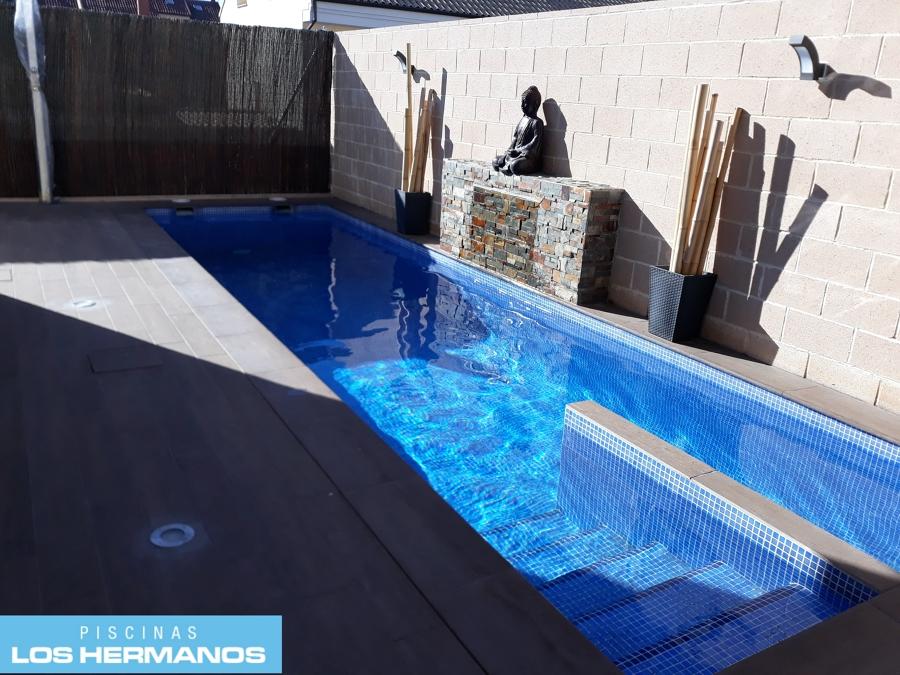Foto piscina estrecha con cascada y carril de nado de for Piscinas alargadas y estrechas