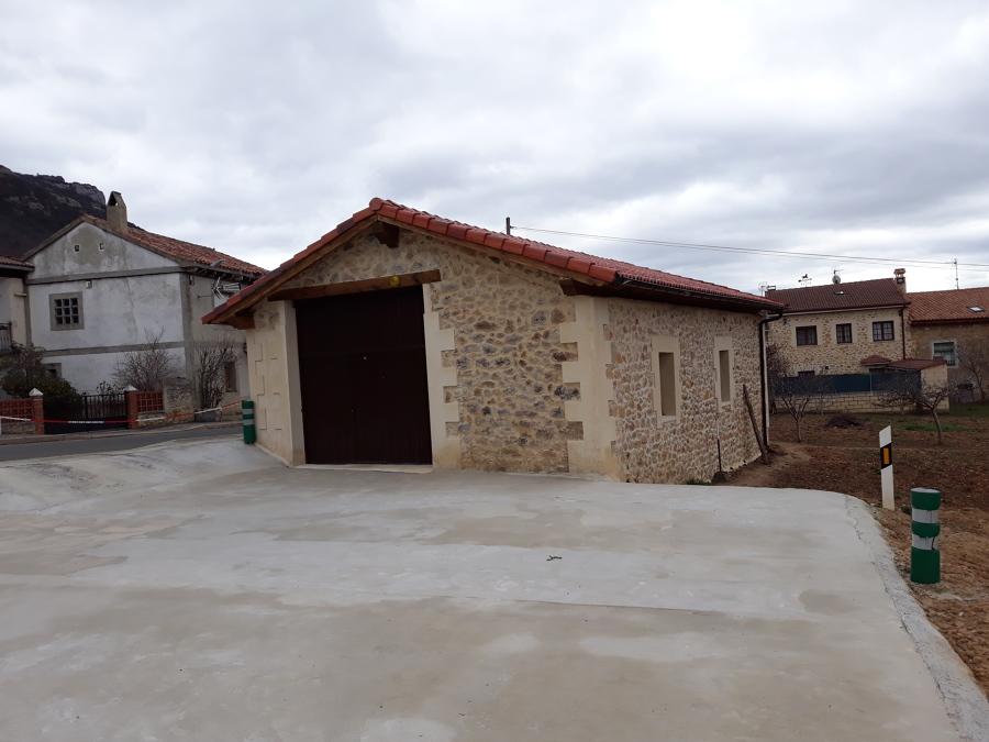 GARAJE con tejado de madera