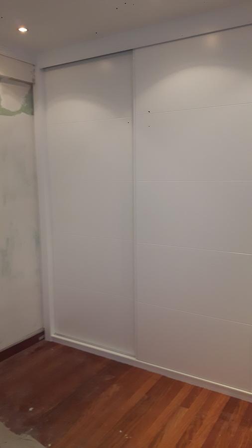 Puertas de armario lacadas blancas con englete
