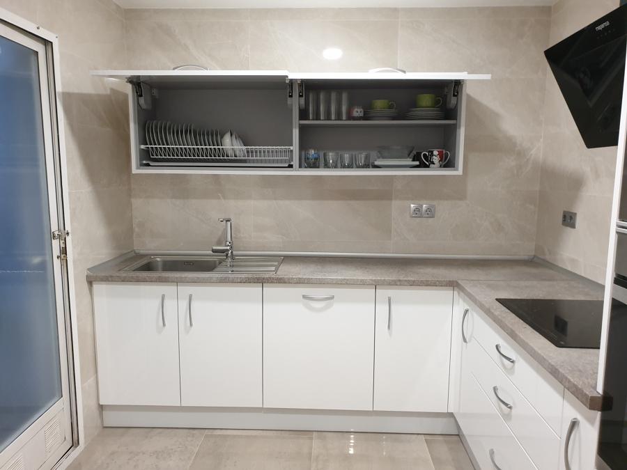 Cocina estilo moderno en estratificado color blanco.