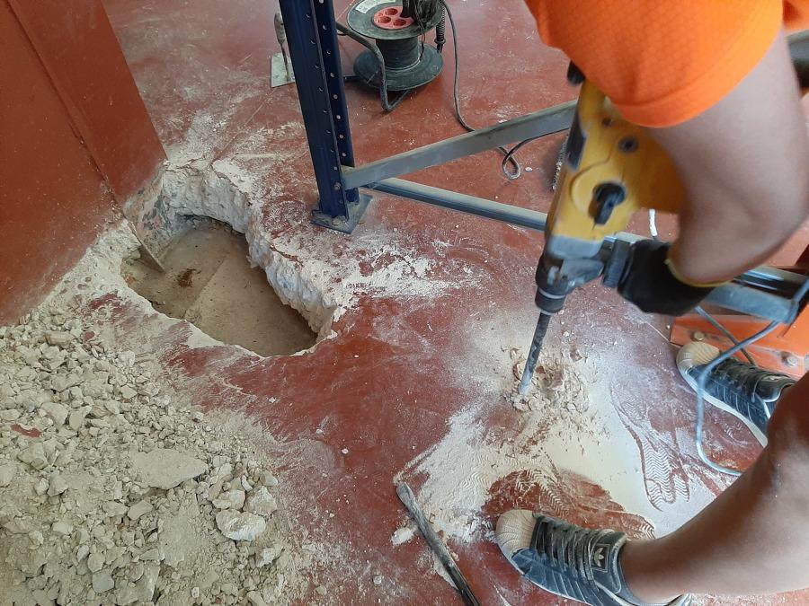 Cata con martillo electrico en pavimento nave industrial 003.