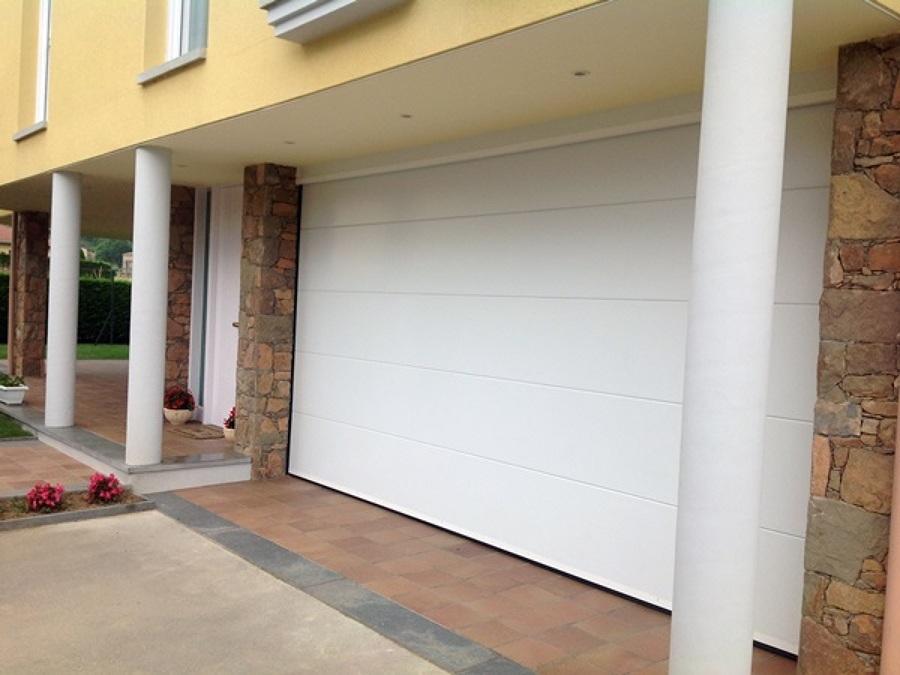 Puerta seccional de garaje con motorización