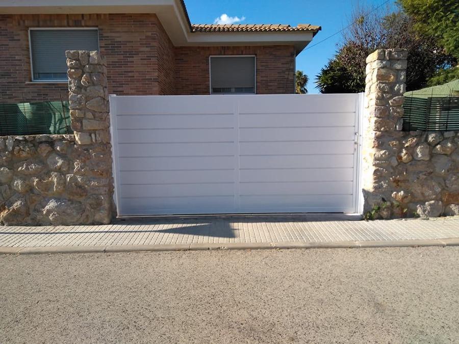 Puerta corredera de diseño panelado, modelo que esta muy de moda.