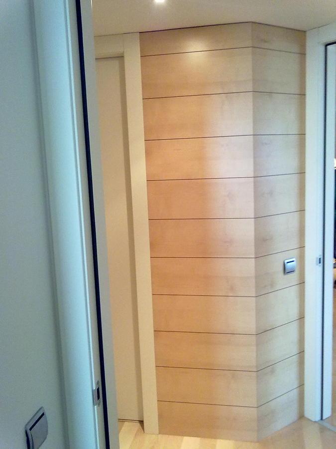 Foto panelado de distribuidor habitaciones en madera de mukali barnizada y ranurada de fuster - Panelado de paredes ...
