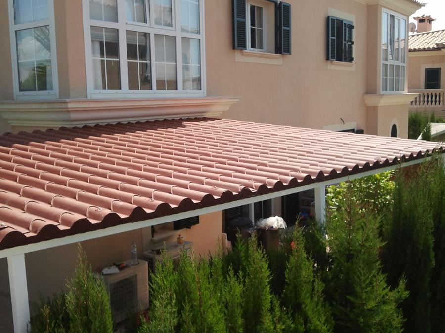 Techo en estructura de aluminio, con cubierta de panel teja