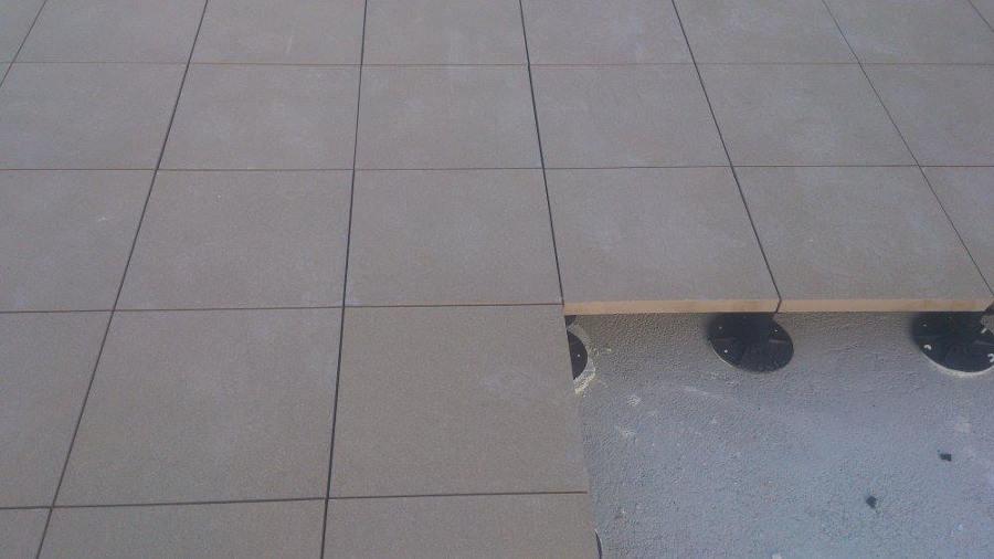 Foto soleria gres pocelanico sobre plots exterior de jvh - Soleria exterior ...