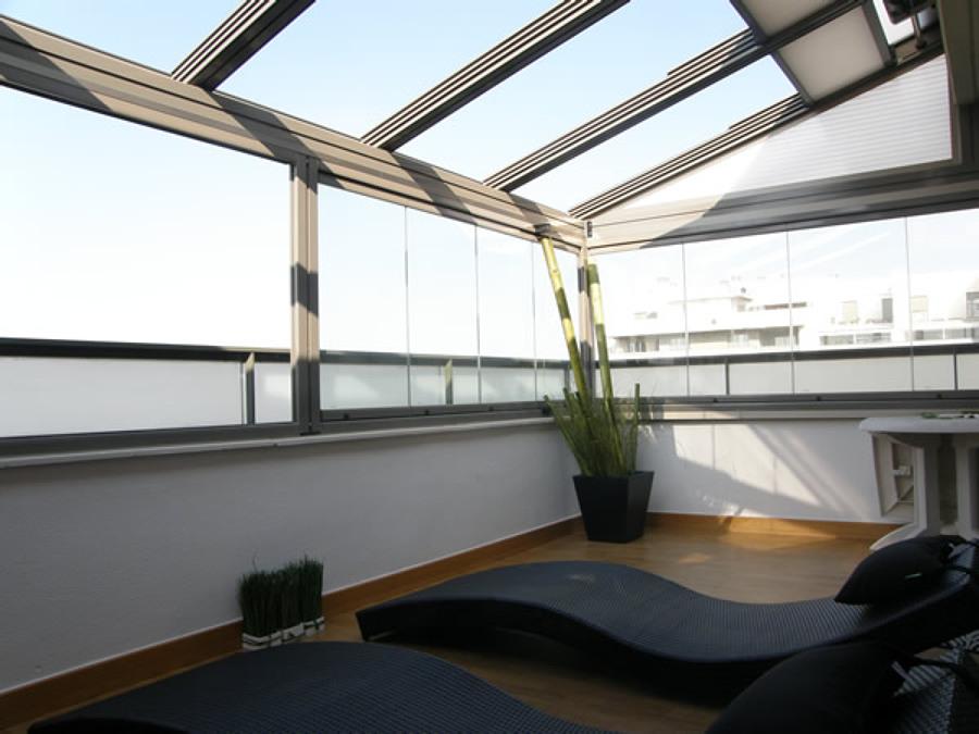 Cerramiento de terrazacon techo móvil y cortinas de cristal