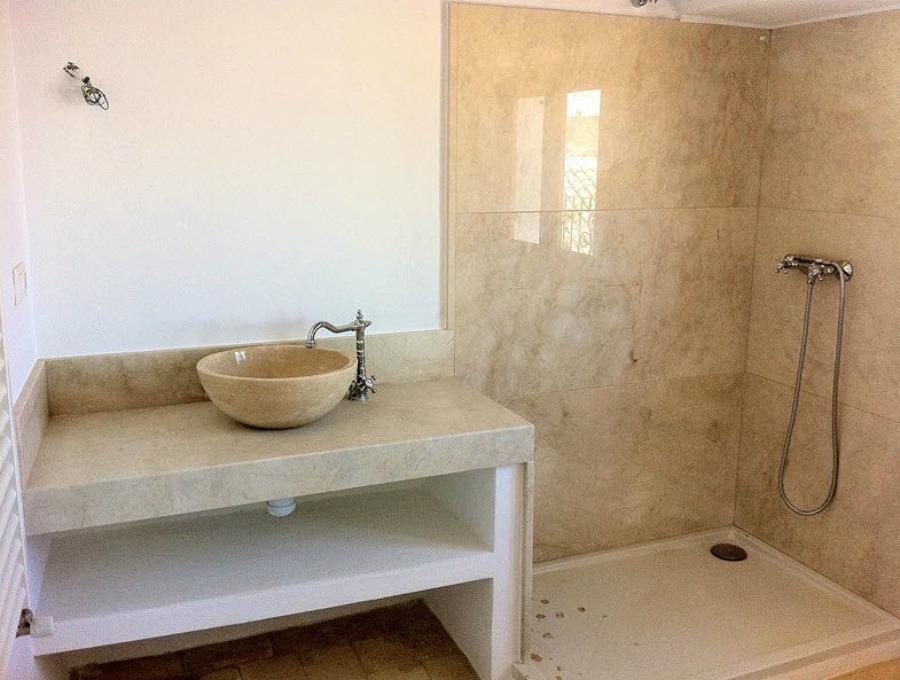Encimera de lavabo, lavabo, placa de ducha y aplacado pared en Mármol Crema Marfil