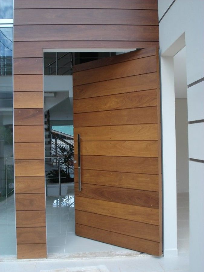 Puerta entrada a vivienda en madera de morera con estructura metálica