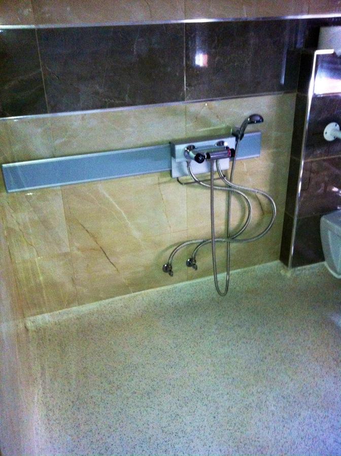 Instalación de ducha en baño adaptado