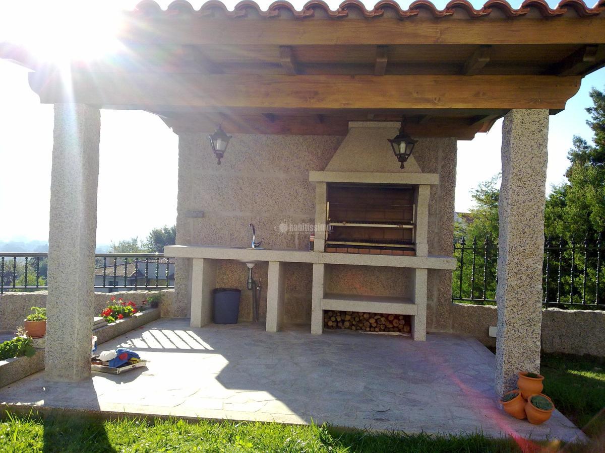 Foto construcci n de garaje y barbacoa con estructura de for Tejados de madera para barbacoas