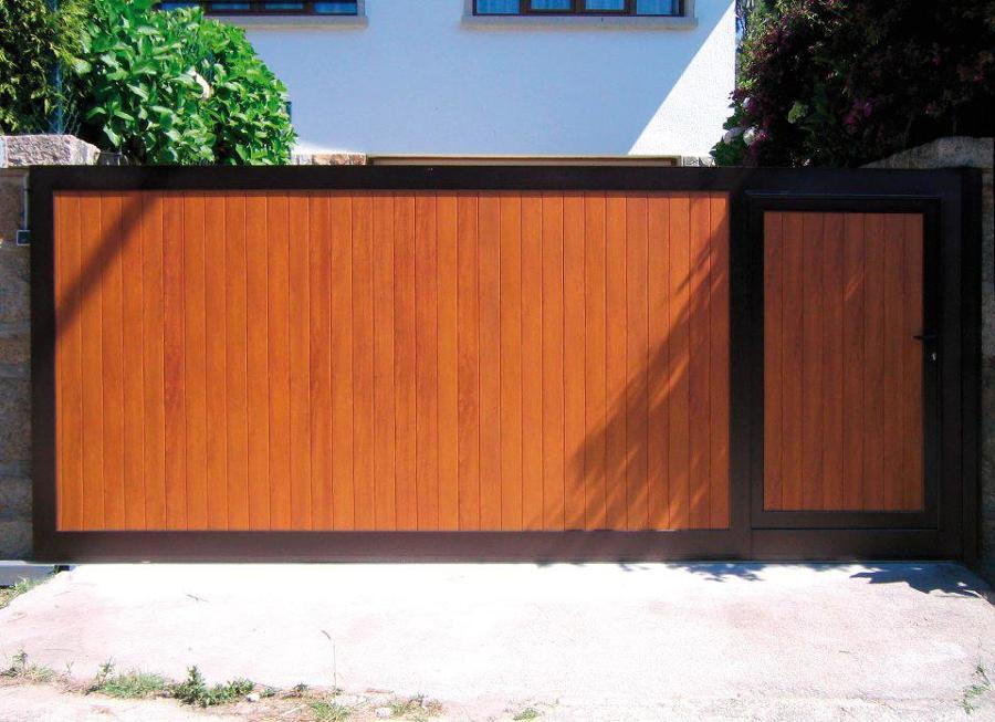 Puerta PVC motorizada.