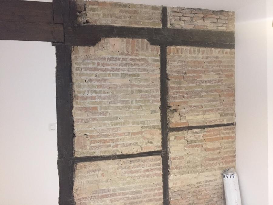 Ladrillo  barnizado en mate y maderas tintadas