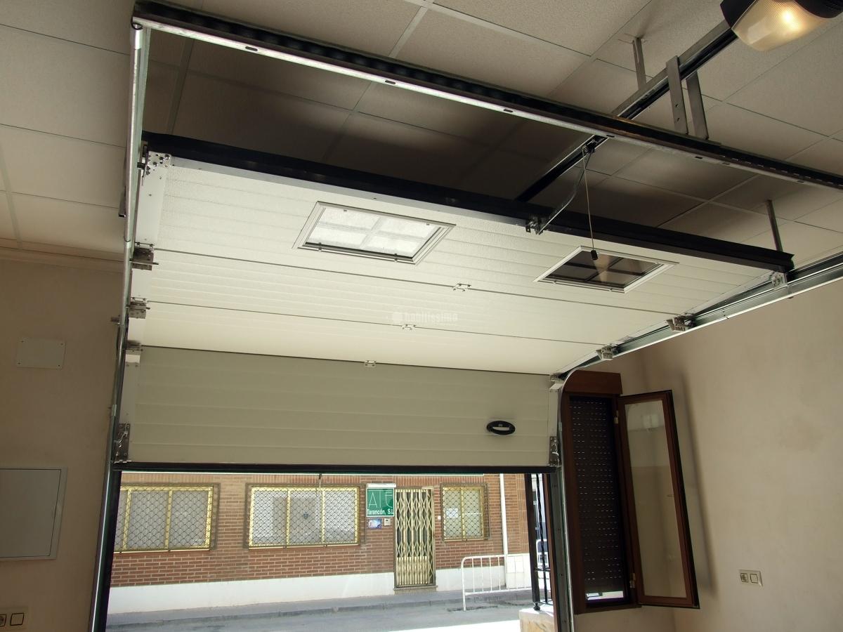 Casa residencial familiar instalacion puertas de garaje - Puertas metalicas roper ...