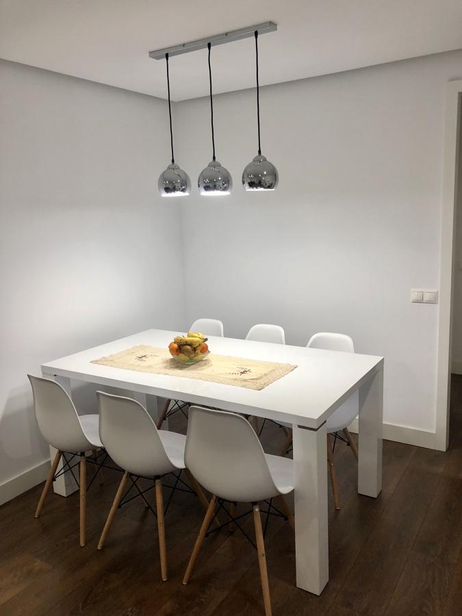 Colocacion de mesa salon y luces