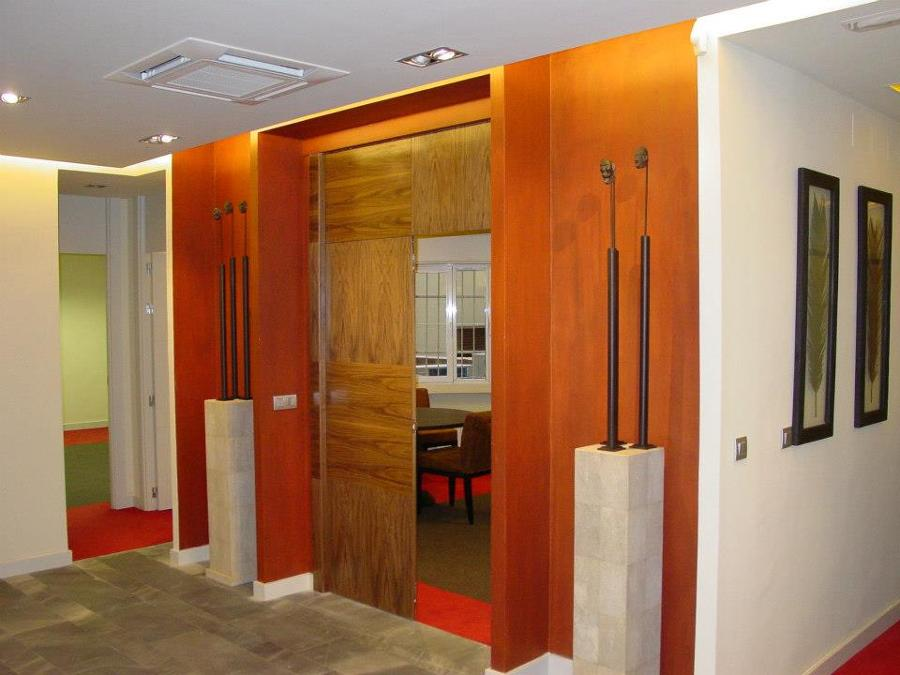 puerta y pared zona recepción