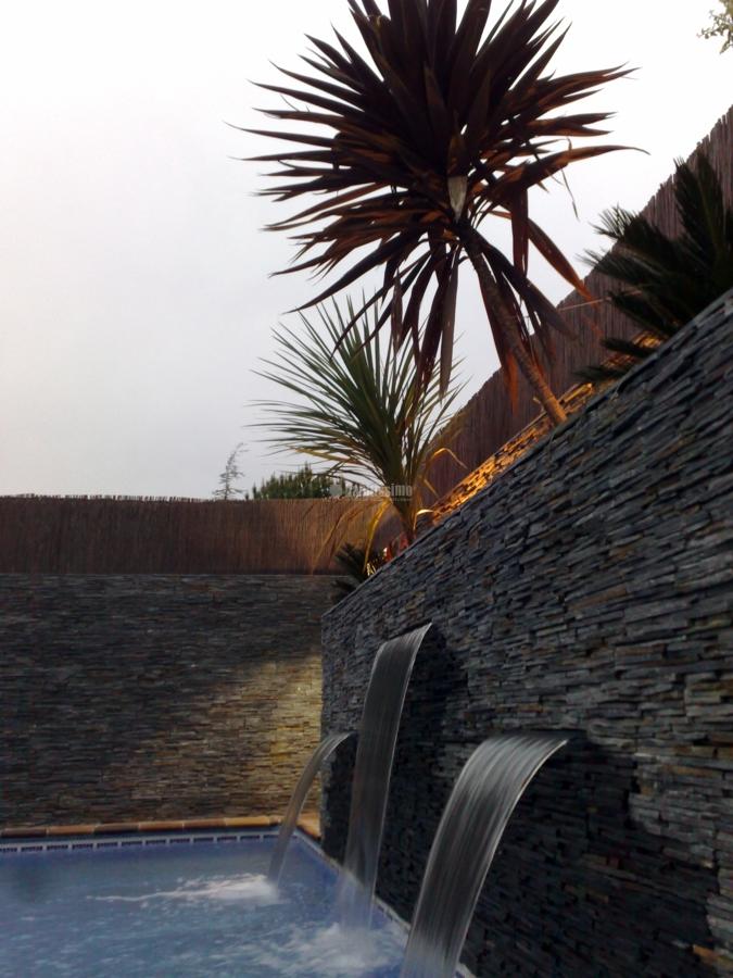 Piscina con cascadas