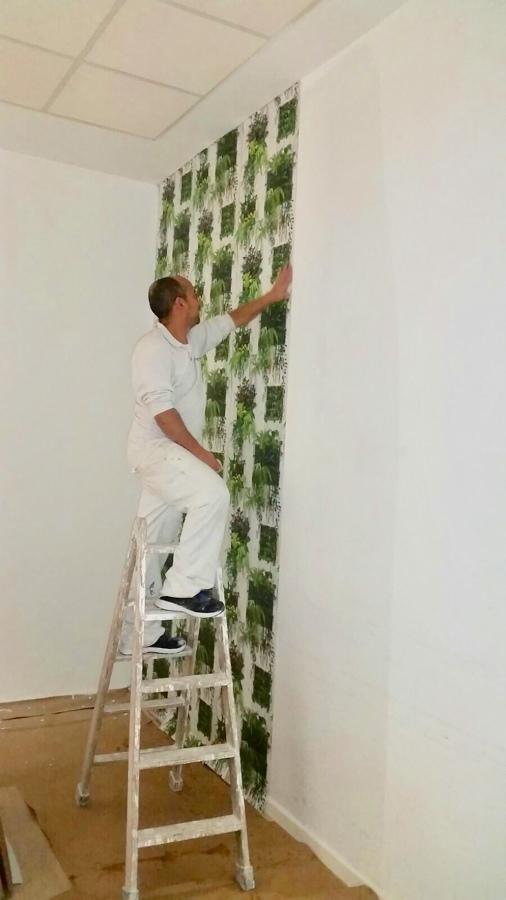 Poniendo el papel de pared