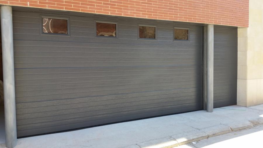 Puerta seccional automática con fijo lateral