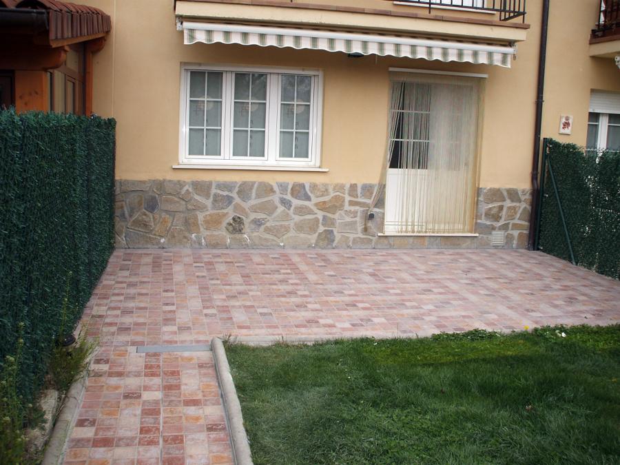 Foto aceras y patios de reformas txisko 148721 habitissimo for Ceramica patios fotos