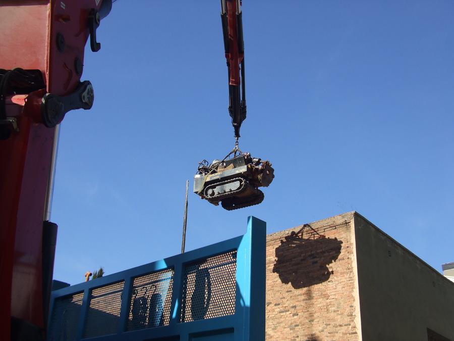 Aceso con camión pluma en parcela urbana