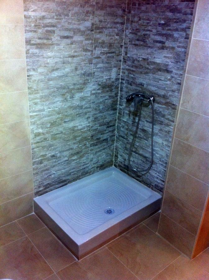 Foto alicatado zona ducha de servicios y mantenimientos - Alicatados de banos modernos ...