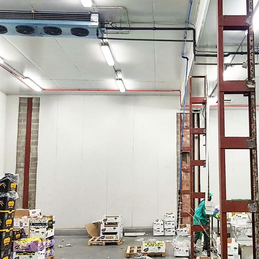 Desmontaje de forros de Panel frigorífico en pilares metálicos.