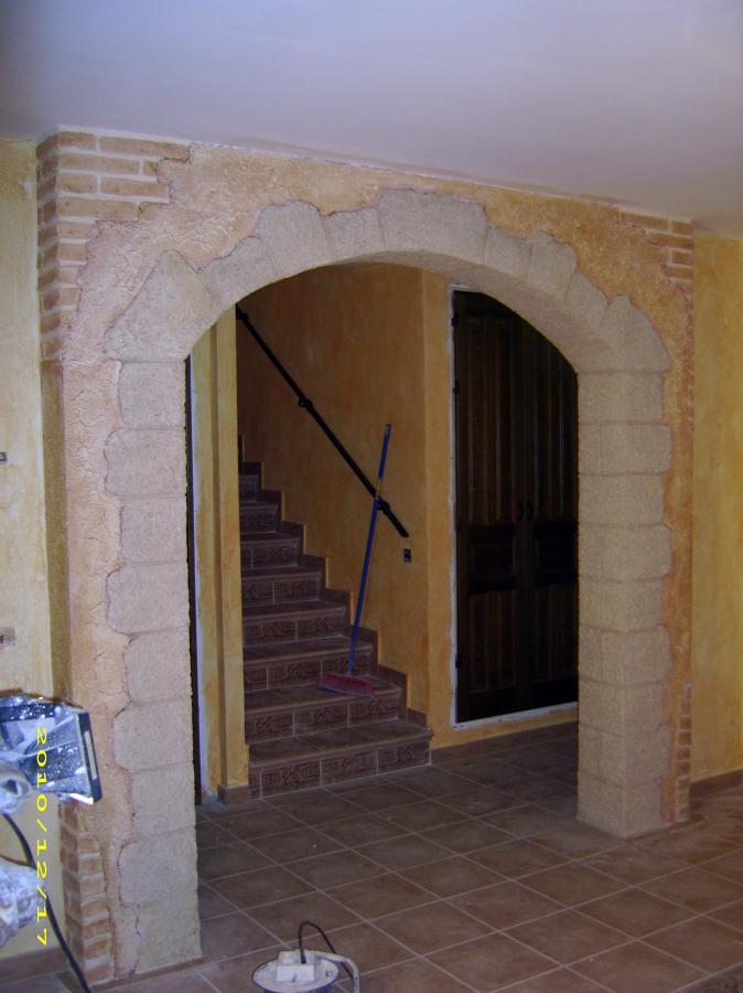 Arco en salon con pintura decorativa texturon naturpiedra
