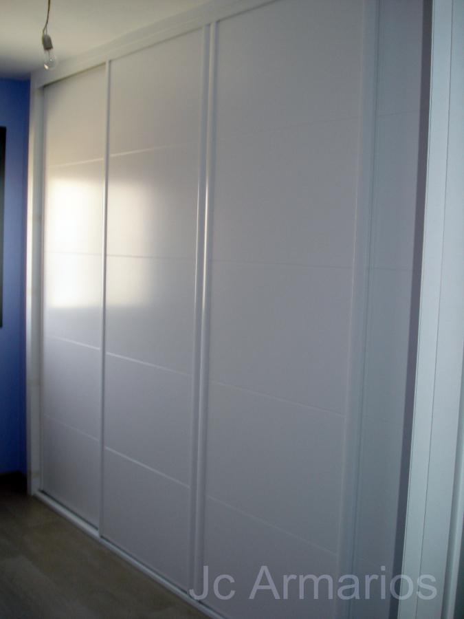 Foto armario a medida blanco con pantografiado de jc for Precios de armarios a medida