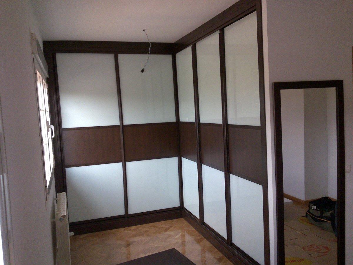 Foto armario a medida con 5 hojas correderas combinadas wengue con cristal lacado blanco de - Armario en l ...